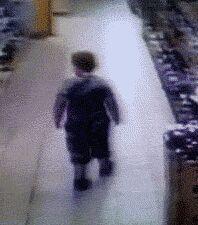 奇葩的熊孩子,超市抖一地雷出来